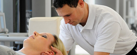 Ein Mitarbeiter bei der Physiotherapie